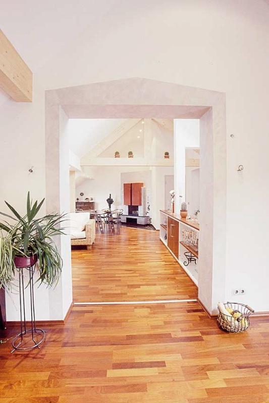 Blick aus der Küche zum offenen Kamin