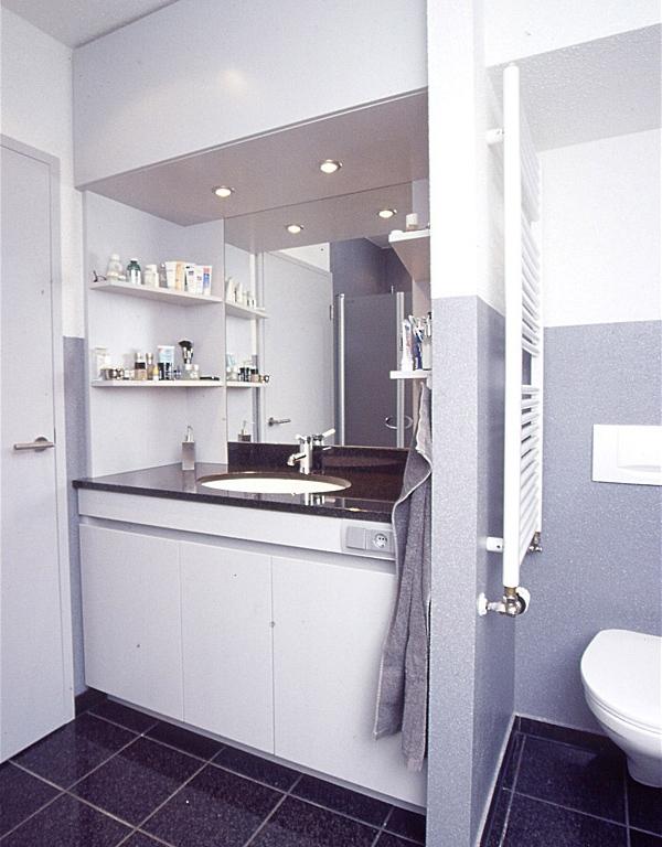 Waschtischmöbel mit Spiegel in der Nische in lichtgrau lackiert