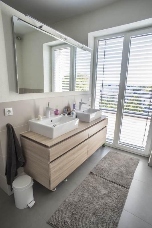 Wandscheibe Trockenbauweise als Trennung von Waschtisch und Dusche