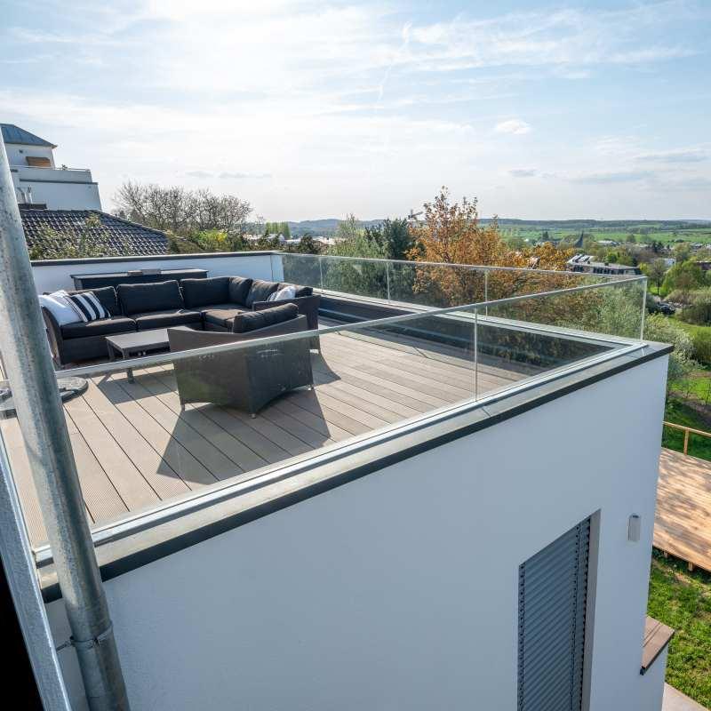 Dachterrasse mit umlaufendem Glas als Absturzsicherung