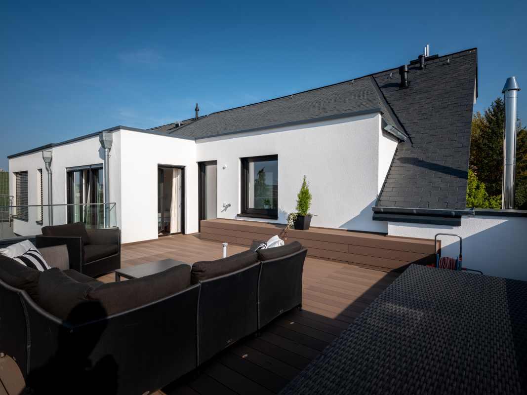 Dachterrasse mit Mega-Wood-Holzdielen in basaltgrau