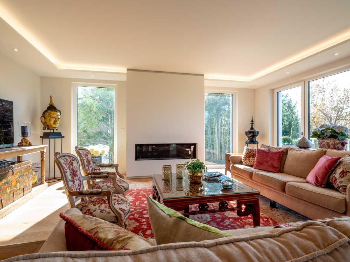 Wohnraum mit Kamin und Gipskartondecke mit indirektem Lichtelement