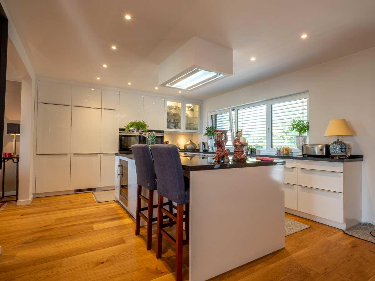 Küche mit beleuchteter Dunstabzugverkleding und Einbau-Deckenstrahlern