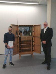Mohammad Karoom mit seinem Siegerexponat beim Gestaltungswettbewerb die Gute Form und Lehrmeister Rainer Adams