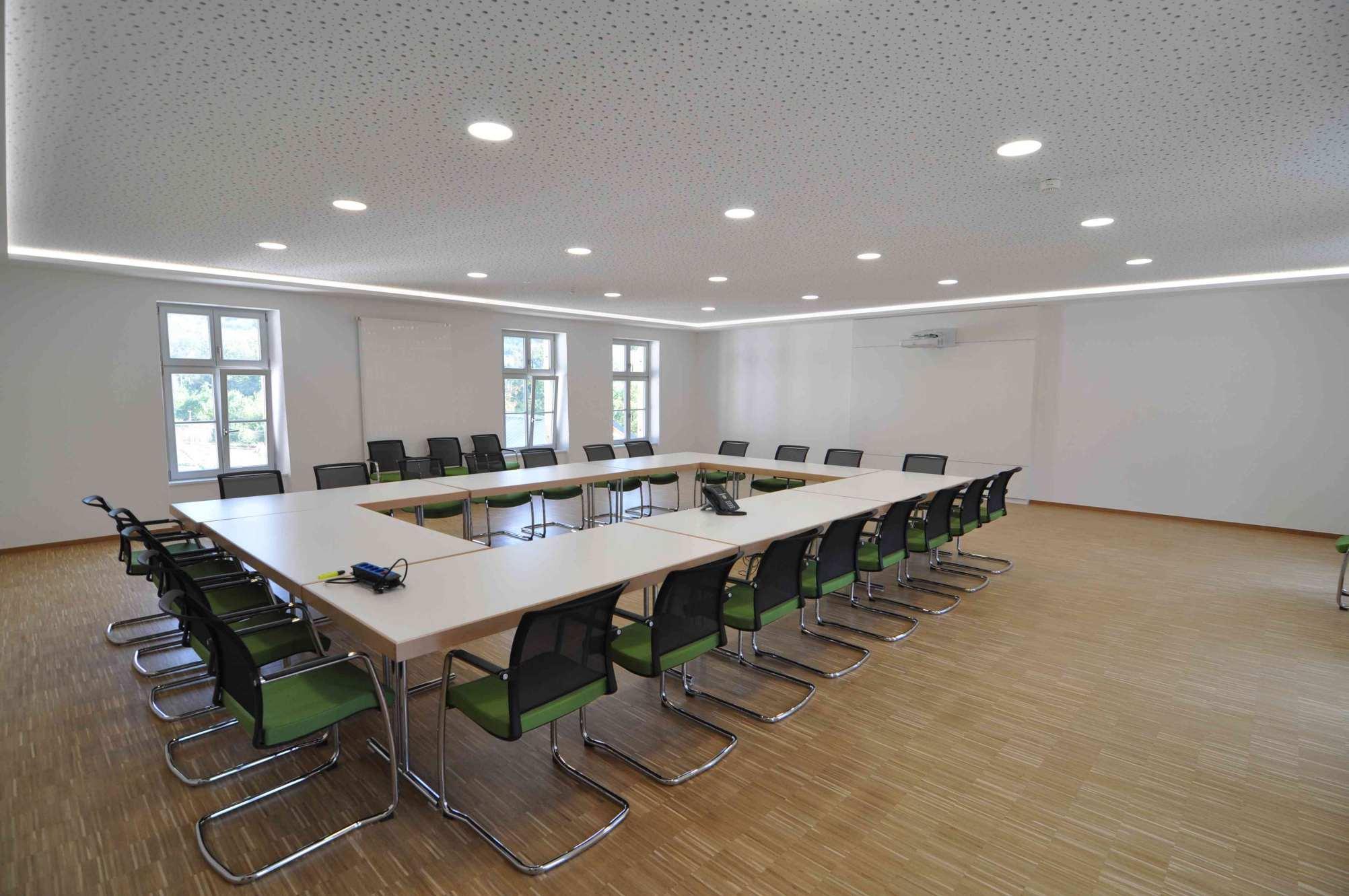 Konferenzraum mit Akustikdecke und Einbaustrahlern