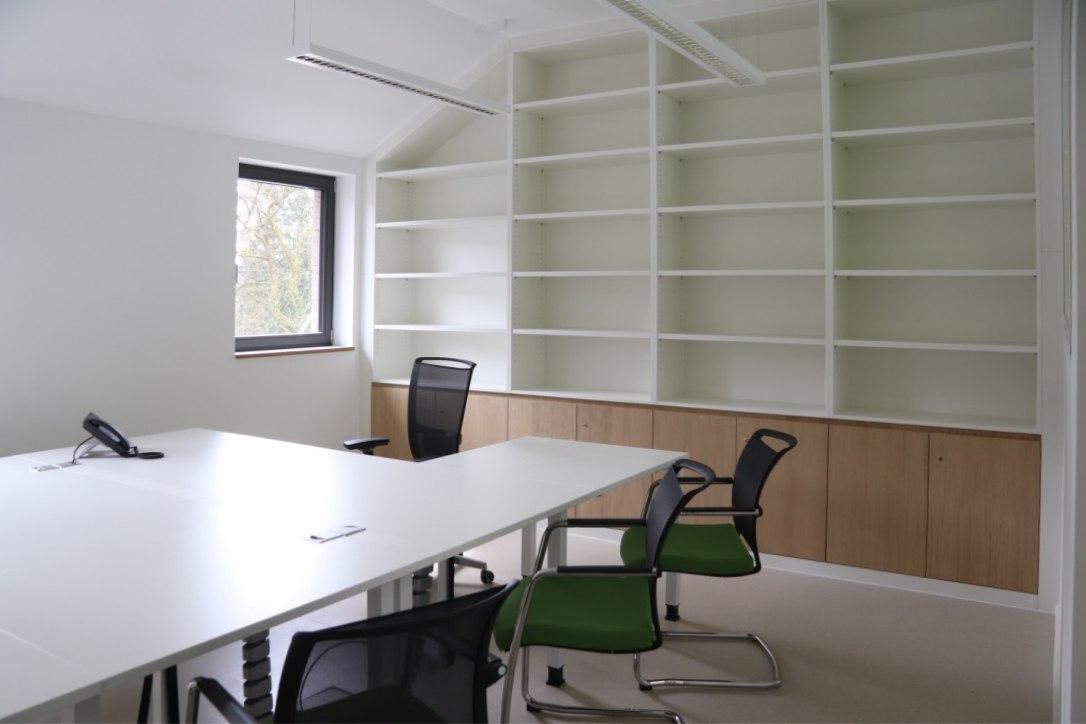 Meetingraum mit Besprechungstisch und Einbauschrank in weiß und Eiche furniert